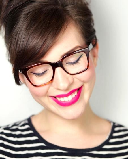 Óculos x maquiagem: aprenda essas 10 dicas de maquiagem para quem usa óculos também arrasar no make