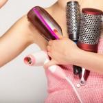 mulher-segurando-escovas-secador