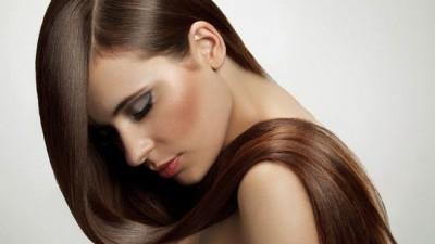 Quem tem cabelo liso pode usar óleo capilar? Descubra como usar o produto para conseguir um efeito brilhoso e alinhado
