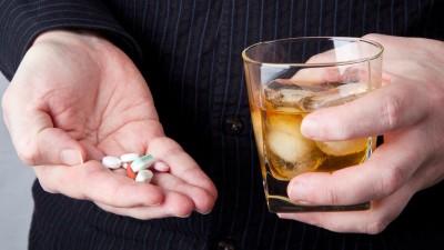 Mito ou verdade: bebida alcoólica corta o efeito do medicamento?